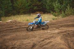 24 september 2016 - Volgsk, Ryssland, MX-motokors som springer - motorcykeln på konkurrenser Royaltyfri Fotografi
