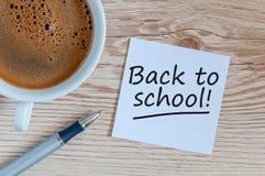 1. September - zurück zu Schulkonzept auf einem hölzernen Hintergrund mit Morgenkaffee stockfoto