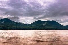 21 septembre 2014 : Croisant le Mekong, le Laos Photo libre de droits