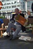 17 septembre de Londres Canary Wharf 2017 Le vieil homme chante et la chanson de jeu Images libres de droits