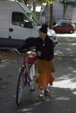 17 septembre de Londres Canary Wharf 2017 Un vieil homme avec les vêtements et la bicyclette étranges Photo stock