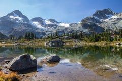 Septembre en bassin de lacs semaphore avec des réflexions de montagne de visage Photos stock