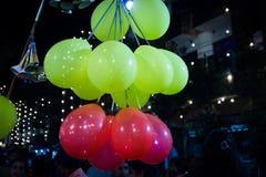 Septembre 2017, Kolkata, Inde Le vendeur de Baloon vend le baloon dans les rues la nuit Photographie stock libre de droits