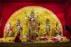 Septembre 2017, Kolkata, Inde Madame lui offrant le pranam et la dévotion à l'idole de durga pour la bénédiction photo libre de droits