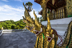 20 septembre 2014 : Les statues de Naga à la baie d'aubépine Pha frappent le temple dans L Photos libres de droits
