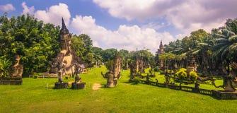 26 septembre 2014 : Les statues en pierre bouddhistes en Bouddha se garent, le Laos Photo libre de droits