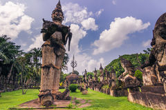 26 septembre 2014 : Les statues en pierre bouddhistes en Bouddha se garent, le Laos Photographie stock libre de droits