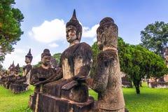 26 septembre 2014 : Les statues en pierre bouddhistes en Bouddha se garent, le Laos Images stock