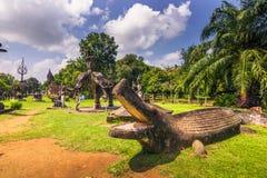 26 septembre 2014 : Les statues en pierre bouddhistes en Bouddha se garent, le Laos Image stock