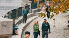 12 septembre 2017 - Prague, République Tchèque : les touristes marchent le long d'un beau remblai de la rivière de Vltava dans banque de vidéos