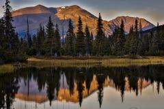 2 septembre 2016 - réflexions sur le lac rainbow, la chaîne de montagne Aléute - près de Willow Alaska Images stock