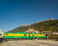 15 septembre 2018 - Skagway, AK : Le train ferroviaire de WhitePass s'est arrêté au croisement de rue de Broadway image stock