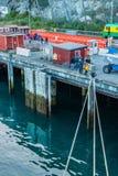 15 septembre 2018 - Skagway, AK : Lignes et touristes d'amarrage de bateau de croisière au dock dans le début de la matinée images libres de droits
