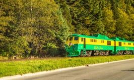 15 septembre 2018 - Skagway, AK : Train ferroviaire de passage blanc voyageant à côté de la manière du congrès, près de Dewey Cre photographie stock