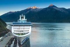 15 septembre 2018 - Skagway, AK : Un bateau de princesse Cruises s'accouplant dans le port image stock