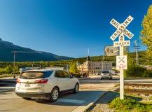 15 septembre 2018 - Skagway, AK : Voies de chemin de fer de croisement de véhicule près de Dewey Creek sur le chemin du congrès image libre de droits