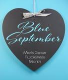 Septiembre azul para el saludo para hombre del mensaje del mes de la conciencia de la salud en la pizarra de la forma del corazón Imagen de archivo