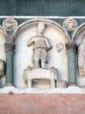Septiembre, detalle del bajo-alivio que representa el trabajo de los meses del año, catedral en Lucca, Italia Foto de archivo