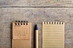 septiembre Hoja del calendario en fondo de madera Fotografía de archivo