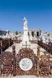 Sepulcro adornado rico en el cementerio de Roman Catholic Cementerio la Reina en Cienfuegos, Cuba Fotos de archivo