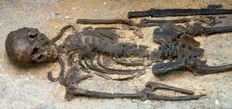 Sepulcro antiguo con la espada Foto de archivo libre de regalías