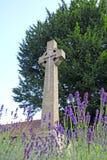 Sepulcro conmemorativo cruzado de piedra Foto de archivo libre de regalías