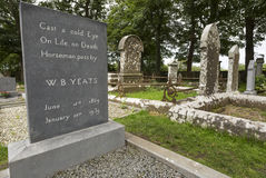 Sepulcro de William Butler Yeats en Drumcliff, condado Sligo, Irlanda Fotos de archivo