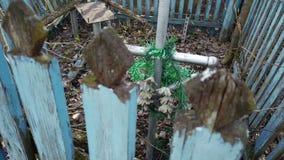 Sepulcro desalinado desordenado abandonado con una cruz oxidada del metal metrajes