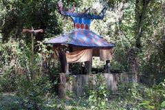 Sepulcro en el cementerio del bosque de Tompoun de la minoría étnica fotos de archivo libres de regalías