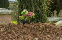 Sepulcro recientemente cavado en cementerio Imagenes de archivo