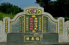 Sepulcro y piedra sepulcral chinos grandes con la escritura de oro del mandarín en el cementerio Ipoh Malasia foto de archivo libre de regalías