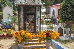 Sepulcros adornados con las flores Fotos de archivo libres de regalías