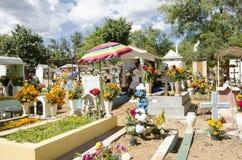 Sepulcros adornados con las flores Imágenes de archivo libres de regalías