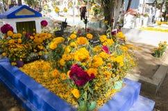 Sepulcros adornados con las flores Imagen de archivo