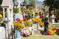 Sepulcros adornados con las flores Imagenes de archivo
