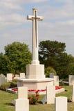 Sepulcros del monumento de guerra y banderas de Union Jack Imagenes de archivo