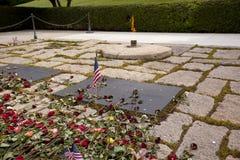 Sepulcros del oanasis de John Kennedy y de Jackie en el nacional Cem de Arlington Imagen de archivo libre de regalías