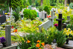 Sepulcros en cementerio católico Foto de archivo libre de regalías