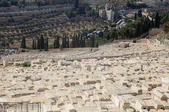Sepulcros en el cementerio judío en el monte de los Olivos en Jerusalén foto de archivo