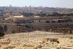 Sepulcros judaicos y visión panorámica sobre Jerusalén, Israel imagen de archivo libre de regalías