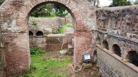 Sepulcros romanos del columbarium de la necrópolis en excavaciones arqueológicas de Ostia Antica almacen de metraje de vídeo