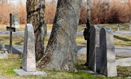 Sepulcros viejos en cementerio muy viejo Imágenes de archivo libres de regalías