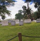 Sepulcros y lápidas mortuorias en el cementerio nacional de Arlington en Virginia los E.E.U.U. Foto de archivo libre de regalías