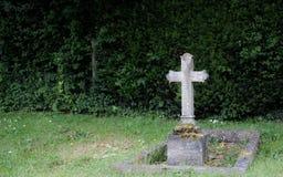 , sepultura de pedra do trabalho e crucifixo vistos em um cemitério inglês imagens de stock
