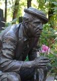A sepultura do ator Yuri Nikulin no cemitério de Novodevichy em Moscou foto de stock royalty free