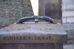 Sepultura do coronel P O ` Arcy de Legay d com duas mãos juntou-se junto sobre a lápide em Pere Lachaise Cemetery imagens de stock royalty free
