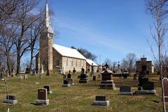 Sepulturas de pedra velhas da igreja na queda do cemitério Fotografia de Stock Royalty Free