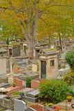 Sepulturas do cemitério de Montmartre, Paris, França, opinião alta do agle Fotos de Stock