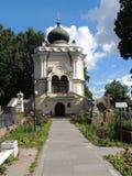 Sepulturas e capela pequena no cemitério Fotografia de Stock Royalty Free