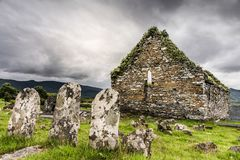 Sepulturas e igreja arruinada Imagens de Stock Royalty Free